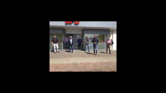 Gruppenbild mit Olaf Lies vor dem UB-Büro